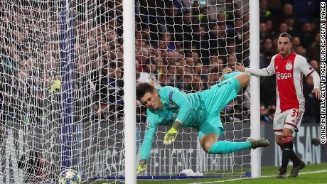Kepa Arrizabalaga punteggi di uno sfortunato autogol.