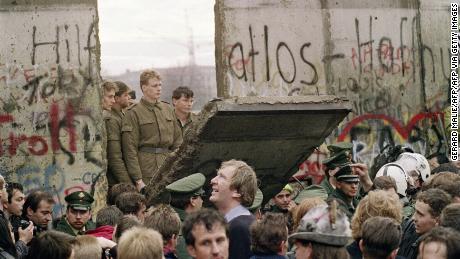 La caduta del Muro di Berlino 30 anni fa. Ma una barriera invisibile divide ancora la Germania
