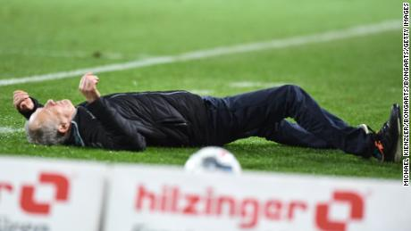 Friburgo manager Christian Streich è buttato a terra da David Abraham.