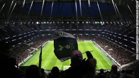 Oltre 38.000 persone hanno assistito domenica's North London derby.
