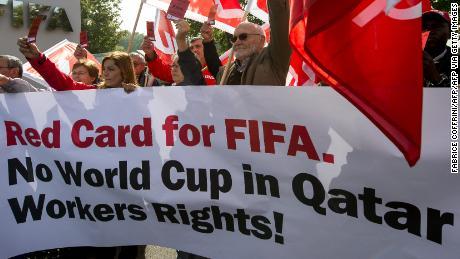 Ci sono stati critici internazionali contro la messa in scena della Coppa del Mondo in Qatar citando le violazioni dei diritti umani contro i lavoratori, i possibili maltrattamenti di LGBTQI+ fan e gli impatti sui giocatori prodigano nel calore del deserto.