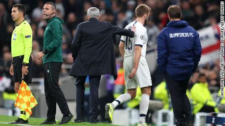 Jose Mourinho pats Eric Dier, come egli è sostituito off.