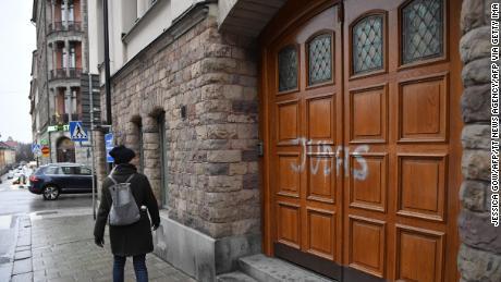 """Una donna cammina passato svedese giocatore di football Zlatan Ibrahimovic's proprietà a Stoccolma, dove qualcuno ha spruzzato """"Giuda"""" sulla porta."""
