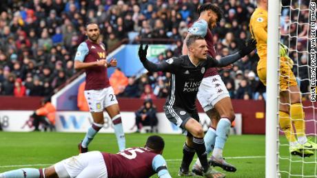 Leicester City's Jamie Vardy celebra il primo dei suoi due gol in netto 4-1 vittoria contro l'Aston Villa.