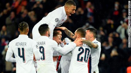 Edinson Cavani (C) è assalito dai suoi compagni di squadra dopo aver segnato il quinto gol nel 5-0 oltre il Galatasaray.