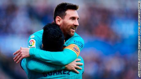 Luis Suarez festeggia il suo gol con il compagno di squadra Lionel Messi.