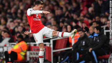 Mesut Ozil ha reagito con rabbia per essere sostituito durante la domenica's EPL gioco.