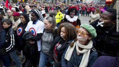 Molti, in Olanda, hanno iniziato la protesta contro l 'Black Pete' carattere.