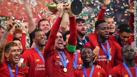 Capitano del Liverpool Jordan Henderson solleva la Coppa del Mondo per Club trofeo dopo il suo lato'1-0 tempo supplementare vittoria del Flamengo, in Qatar.