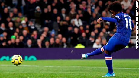 Willian segna il secondo gol dal dischetto.
