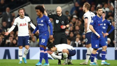 Son Heung-Min reagisce a ricevere un cartellino rosso durante il Tottenham's sconfitta.