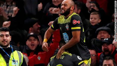 Southampton's Nathan Redmond è sollevato da sostituire Danny Ings dopo aver segnato il suo lato's secondo gol nel 2-0 Giorno di santo stefano la vittoria al Chelsea.