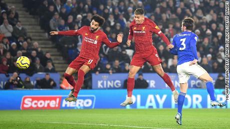 Roberto Firmino, teste di Liverpool davanti in stretta compagnia con i compagni attaccante Mo Salah nello scontro al vertice della classifica con Leiceser Città al King Power Stadium.