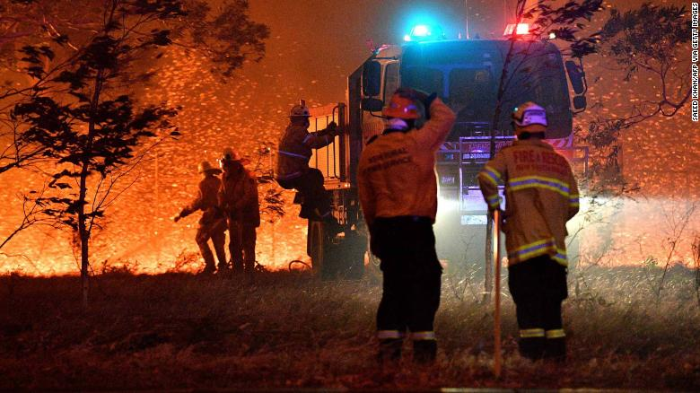 消防士は、2019年12月31日にオーストラリアのニューサウスウェールズ州にあるナウラ周辺の山火事と戦うため、木々をホースで止めます。人気の観光地に炎が吹き荒れ、逃げ場がなくなりました。