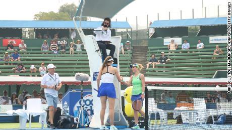 Le match de Maria Sharapova contre Laura Siegemund lors de la Kooyong Classic 2020 à Melbourne a dû être annulé après que les deux joueurs aient été touchés par la fumée.