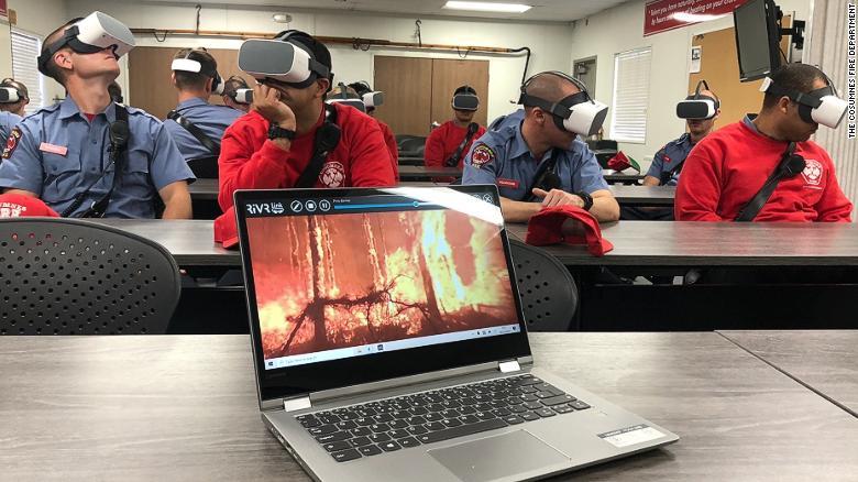 A los aprendices de bomberos del Departamento de Bomberos de Cosumnes se les enseña cómo manejar escenarios específicos mientras usan auriculares VR.