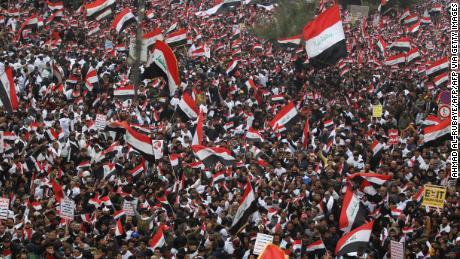 ชาวอิรักหลายพันคนโบกธงชาติออกไปตามท้องถนนในใจกลางกรุงแบกแดดในวันที่ 24 มกราคม 2020 เพื่อเรียกร้องให้ขับไล่กองทหารสหรัฐออกจากประเทศ