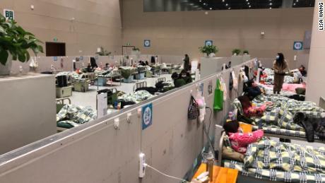 Autoridades chinesas colocando pessoas saudáveis em hospitais de campanha