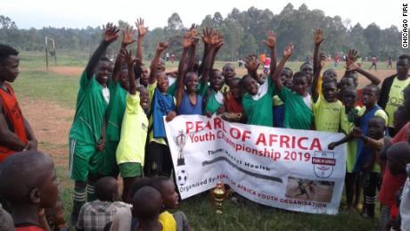 I membri di Michael Ariza's Pera della fondazione Africa.