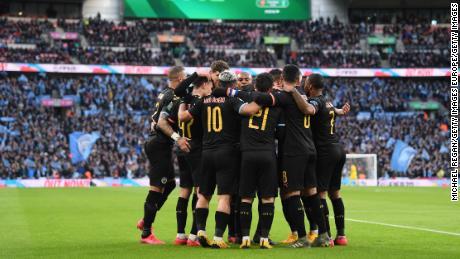 Il Manchester City, i giocatori di festeggiare il primo gol di Aguero.