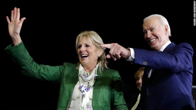 バイデン、右、および彼の妻ジルは、2020年3月3日火曜日にロサンゼルスで行われる予備選挙の夜の集会に出席します。
