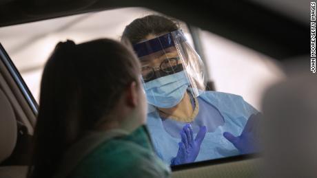 Пациенты Covid-19, потерявшие обоняние, все еще ждут его возвращения