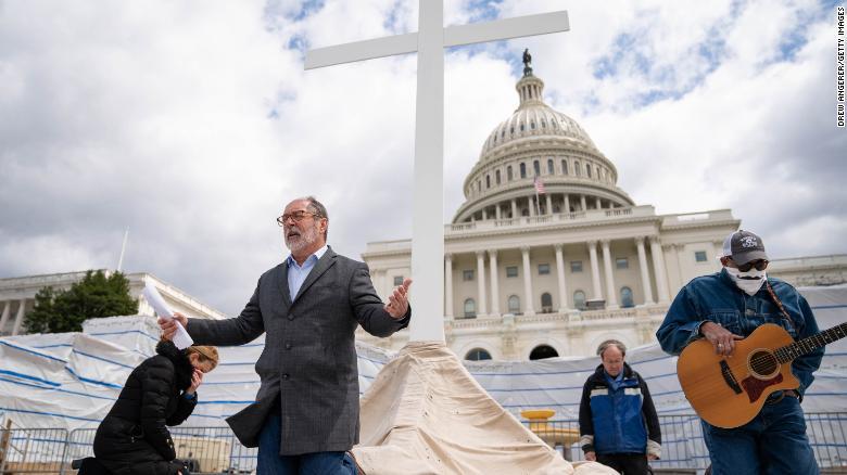 2020年4月10日、ワシントンDCで米国国会議事堂の敷地内でグッドフライデーサービスをライブストリーミングしているクリスチャンディフェンス連合のディレクター、パトリックマホニー牧師は祈りの中でひざまずきます。