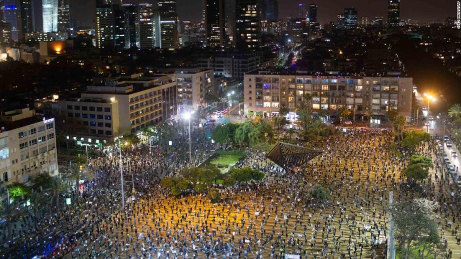 イスラエル人は日曜日にネタニヤフに抗議しながら社会的距離のガイドラインを守ります。