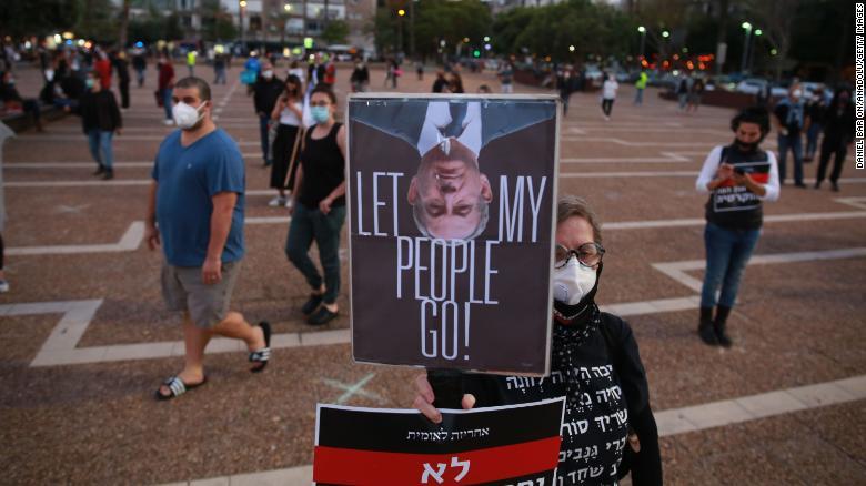 イスラエル人は日曜日にテルアビブのラビン広場で抗議します。