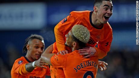 Newcastle's e il Paraguay, il centrocampista Miguel Almiron festeggia il punteggio contro il West Brom in FA Cup.