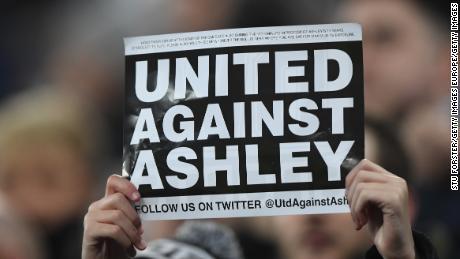 Un fan proteste contro Mike Ashley durante Newcastle's il gioco contro il Man City la scorsa stagione.