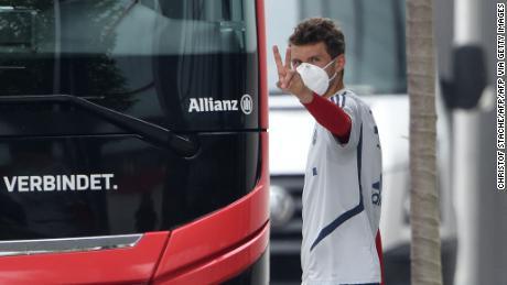 Il Bayern Monaco, l'attaccante Thomas Mueller, che indossa una maschera per il viso che lascia una sessione di allenamento.