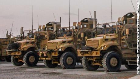 Soldaten der G Company, 2. Bataillon, 14. Infanterieregiment, 10. Gebirgsabteilung, warten auf dem Wartungsverteilungshof auf dem Flugplatz Kandahar in Afghanistan minenresistente Fahrzeuge mit Hinterhaltschutz (MRAP)