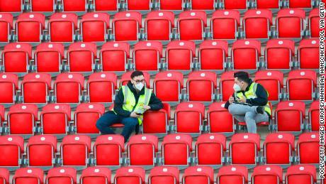 Steward indossa maschere per il viso sedersi nella vacante sta a Union Berlin'stadio di casa, con tutte le partite della Bundesliga, fino alla fine della stagione, giocata a porte chiuse.