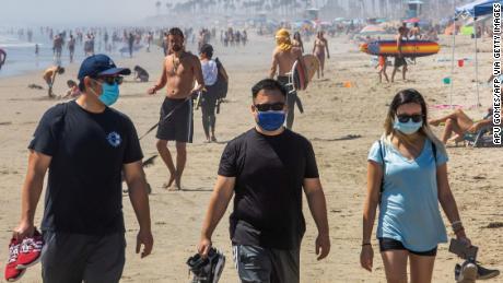 Если вам нужно снять маску на пляже, делайте это только тогда, когда вы находитесь на расстоянии не менее шести футов от других.