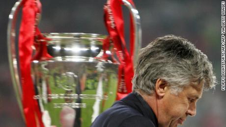 Carlo Ancelotti passe à côté de la throphie à la fin de la finale de la Ligue des Champions entre l'AC Milan et Liverpool à Istanbul.