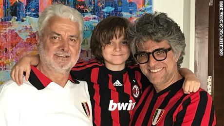 Paolo Agostinelli, à droite, est représenté avec son père et son fils.
