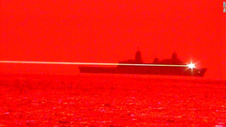 水陸両用輸送ドック船USSポートランドは、2020年5月16日に太平洋海で高エネルギーレーザー兵器試験を実施しています。