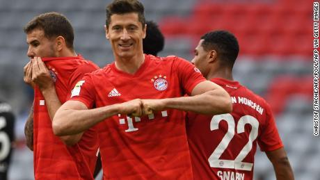 Bayern Monaco's polacco avanti Robert Lewandowski festeggia la sua apertura e il suo lato's terzo nel 5-0 della sconfitta del Fortuna Dusseldorf.