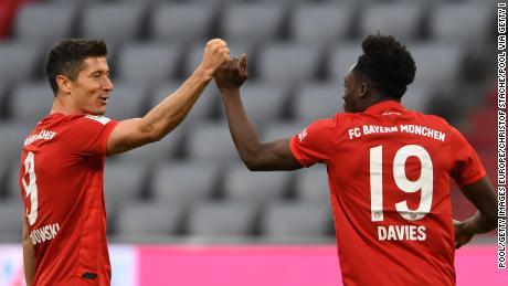 Bayern's Alphonso Davies celebra con Robert Lewandowski dopo il gol la sua squadra's quinto gol contro il Fortuna Dusseldorf.