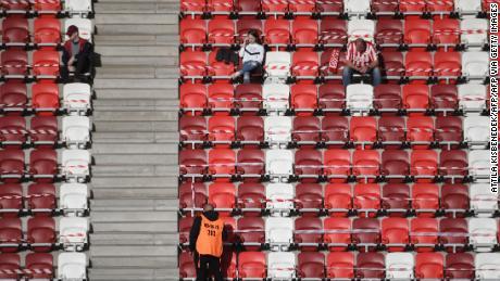 I fan della squadra di casa DVTK attesa prima dell'inizio della sua casa ungherese di campionato contro il Mezokovesd.