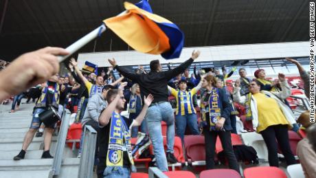 I sostenitori di Mezokovesd sembrava ignorare allontanamento sociale di regole che tifare per la loro squadra durante la sua sconfitta per 1-0.