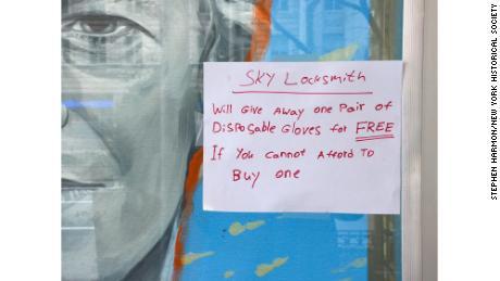 В окне слесаря появляется знак, предлагающий бесплатную пару одноразовых перчаток всем, кто не может себе это позволить в Нью-Йорке.