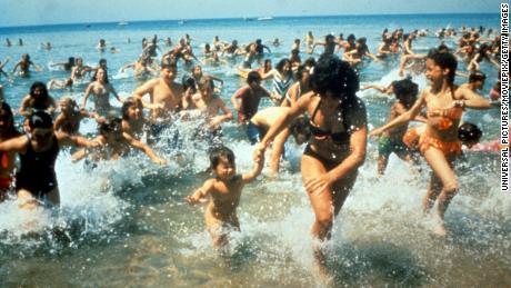 Толпы выбегают из воды в сцене из фильма «Челюсти», 1975 год. (Фото: Universal / Getty Images)
