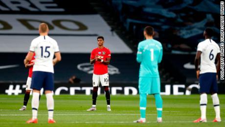 I giocatori applaudire per commemorare le vittime dell'Covid-19.