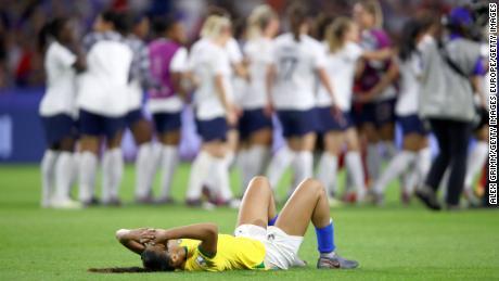 Kathellen del Brasile sembra abbattuto a seguito della Francia sconfitta.