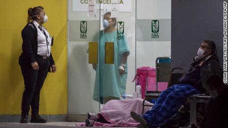 Люди в масках ждут возле отделения неотложной помощи в Тихуане, чтобы пройти тестирование на коронавирус в апреле.