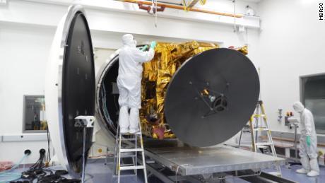 Environ 450 ingénieurs et techniciens ont travaillé sur la sonde Hope pendant six ans.