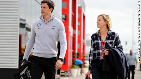 Toto และ Susie Wolff ใน Paddock ระหว่างการคัดเลือกสำหรับ Formula 1 Grand Prix ของบริเตนใหญ่ที่ Silverstone ในวันที่ 9 กรกฎาคม 2016