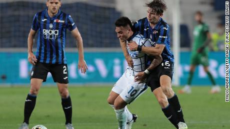De Roon challenges Lautaro Martinez of Inter Milan.